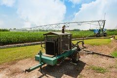Irrigazione del raccolto facendo uso del sistema antincendio concentrare del perno Fotografia Stock Libera da Diritti