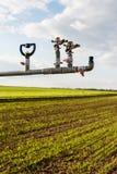 Irrigazione sui campi della lattuga Immagini Stock