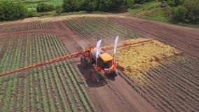 Irrigazione trattata e fertilizzante sul campo coltivato Industria agricola archivi video