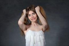 Irritación, cólera, concepto de los celos La mujer se sostiene el pelo Foto de archivo