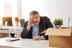 Irritated解雇了对办公室的工作者坏消息说 免版税库存图片