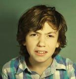 Irritated confundió cierre del retrato del adolescente para arriba Fotos de archivo libres de regalías