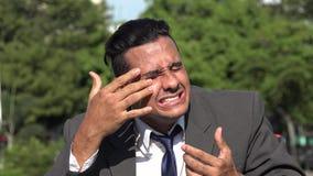 Irritation oculaire hispanique allergique d'homme d'affaires banque de vidéos