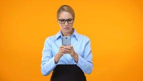 Irriterad kontorsarbetare som bläddrar internetplatsen på smartphonen, mobil tariff arkivfilmer