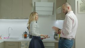 Irriterad kvinna som svikas av den inte klara frukosten lager videofilmer
