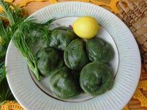 Irriterar raviolit med champinjoner, deg, lösa växter och grönsakrecept Arkivfoto