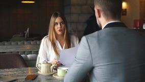 Irriterat affärskvinnainnehavpapper, ogillar med dåliga avtalsuttryck, vägrar att underteckna dokumentet stock video