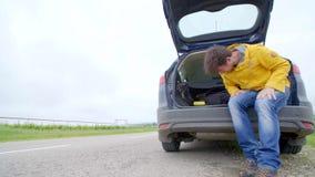 Irriti l'uomo con il suo automobile ripartita arrabbiata e gridare archivi video