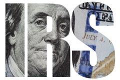 IRS amerikanskt pengarmakroslut upp av framsidan för Ben Franklin ` s på dollarräkningen för USA 100 Arkivbilder