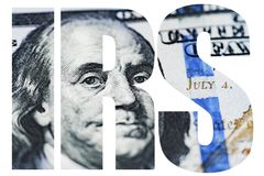 IRS amerikanskt pengarmakroslut upp av framsidan för Ben Franklin ` s på dollarräkningen för USA 100 Arkivfoto