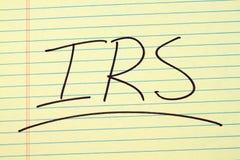 IRS auf einem gelben Kanzleibogenblock Stockfoto