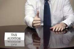 IRS Belastingsauditor Thumbs Up Sign stock fotografie