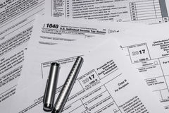 IRS Belastingsvormen 1040 en 1099-B Royalty-vrije Stock Afbeelding