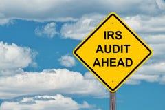 IRS waarschuwt vooruit Achtergrond van de Teken de Blauwe Hemel stock foto