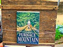 Irvine, KY de V.S. - 29 April, van de de Bergpaddestoel van 2017 het Festivala boek zit op een vertoning op een met de hand gemaa stock afbeelding