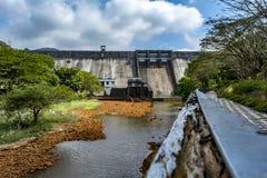 Irygacji tama przy Thenmala, Kerala fotografia stock