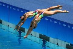 Iryna Limanouskaya y Veronika Yesipovich del equipo Bielorrusia compiten durante dúos de la natación sincronizada Imagen de archivo