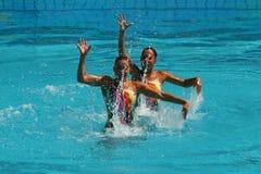 Iryna Limanouskaya y Veronika Yesipovich del equipo Bielorrusia compiten durante dúos de la natación sincronizada Fotografía de archivo libre de regalías