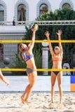Iryna Makhno van de Oekraïne die de bal tippen tegen Tjasa Jancar van Slovenië Stock Afbeelding