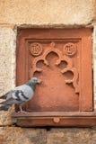 Isa可汗尼亚齐与一只坐的鸽子的坟茔装饰细节, 免版税库存图片
