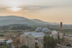 Isa Bey Mosque door heuvels bij zonsondergang, in Selçuk, Turkije royalty-vrije stock foto