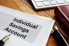 ISA Individual Savings Account Documentos comerciales en un escritorio de oficina foto de archivo
