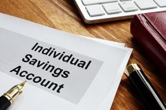 ISA Individual Savings Account Papiers d'affaires sur un bureau photo stock