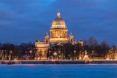 在冰下的内娃河和雪和美丽的圣以撒大教堂或者Isaakievskiy Sobor在圣彼德堡,俄罗斯 免版税库存图片