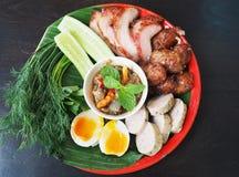 Isaan Tajlandzki karmowy ustawiający z Świeżymi warzywami, gotowanymi jajkami, piec na grillu wieprzowiną i chili pastą, zdjęcia royalty free