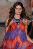 Isabeli Fontana modèle marche la piste à l'exposition d'Emilio Pucci en tant que partie de Milan Fashion Week Images stock