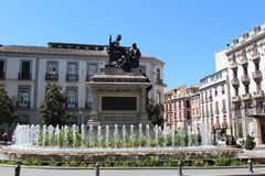 Isabella με το άγαλμα του Columbus που χτίζεται Ανδαλουσία Γρανάδα Στοκ Φωτογραφίες
