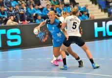 Isabelle Gullden, gracz CSM Bucharest atakuje podczas dopasowania z MKS Selgros Lublin Zdjęcie Stock