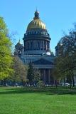 Isakiyevsky domkyrka från Alexander Garden i St Petersburg, Ryssland Royaltyfria Bilder