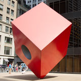Isamu Noguchis Red Cube, New York City Lizenzfreie Stockfotos
