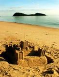 Isand med sandslotten på stranden Fotografering för Bildbyråer