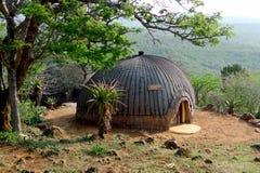 Isangoma房子在Shakaland夸祖鲁纳塔尔省的,南非祖鲁族人村庄 免版税图库摄影