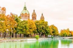 Isar flod ett St Anna churchautumnlandskap vid Lehel i Munich Royaltyfria Foton