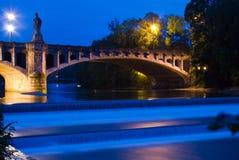 Isar rivier in München bij nacht Stock Foto