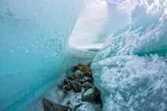 Isavbrott i den smältande blåa glaciären Royaltyfria Bilder