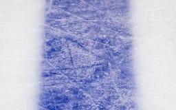 Isbakgrund med fläckar från att åka skridskor och hockey, blå textur arkivbilder