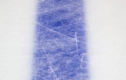 Isbakgrund med fläckar från att åka skridskor och hockey, blå textur arkivfoton