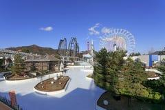 Isbanan för isskridskon parkerar och det stora färjahjulet på den Fuji Q höglandet, Japa Arkivbild