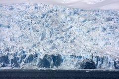 Isberg Antarcticberg i snowen Arkivbilder