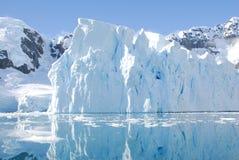 Isberg av kusten av Antarktis Arkivbilder
