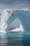 Isberg av kusten av Grönlandet Arkivbilder