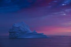 Isberg efter solnedgång fotografering för bildbyråer