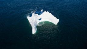Isberg för flyg- sikt med ett stort hål, Newfoundland Arkivfoto