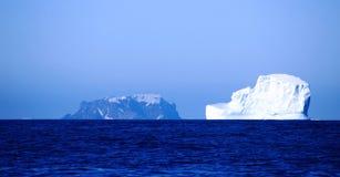 Isberg framme av bedrägeriön, Antarktis Arkivbilder