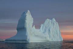 Isberg i Antarktisvatten på solnedgången Royaltyfri Foto