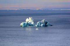 Isberg i brittisk kanal Franz Joseph Land Royaltyfria Bilder